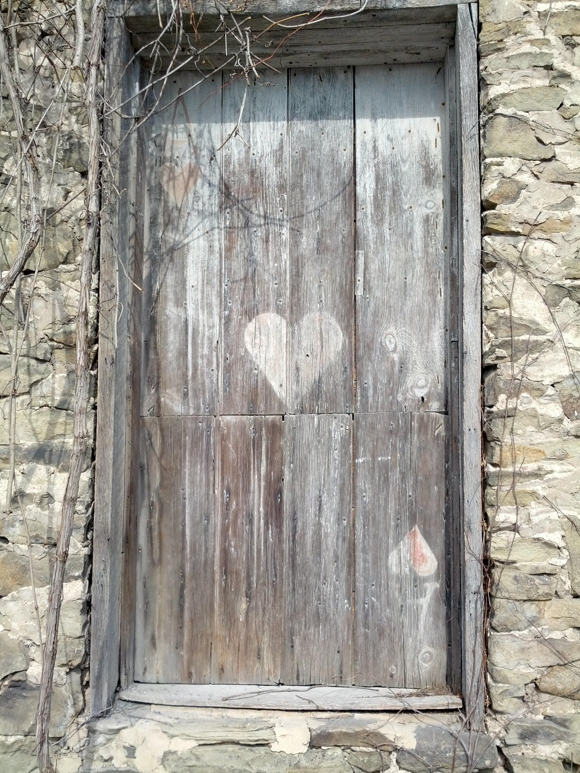A door painted like the ace of hearts
